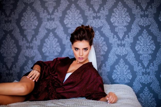 ベッドでセクシーな女性
