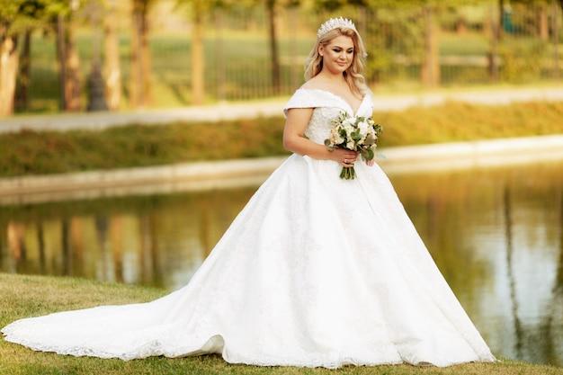 秋の公園で美しい花嫁