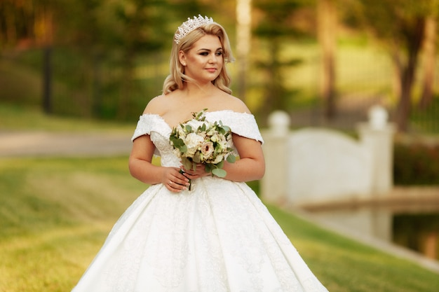 秋の結婚式の写真-美しい花嫁