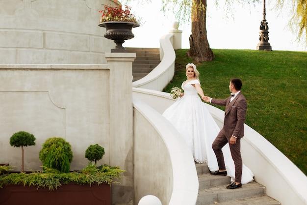 素晴らしい笑顔の結婚式のカップル。かなり花嫁とスタイリッシュな新郎。