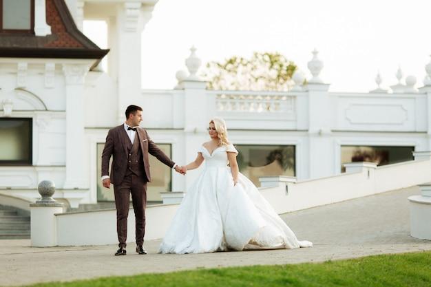 スタイリッシュで美しい幸せな新郎新婦、結婚式のお祝い