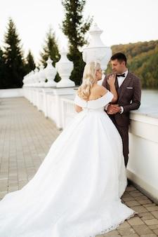 ウェディングドレスとスーツでちょうど結婚している愛情のあるカップル