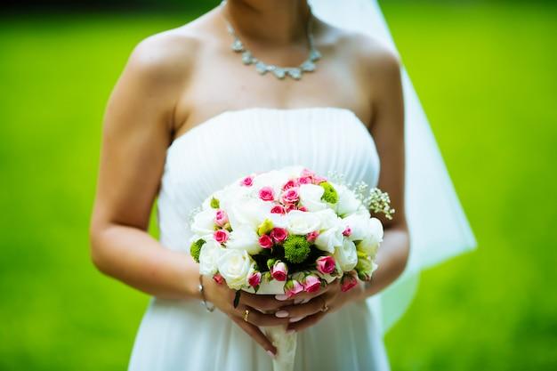 花の花束と明るい花嫁