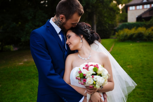 花嫁が家の背景にキス