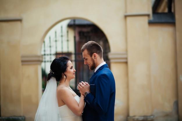 広場で抱いて幸せな花嫁