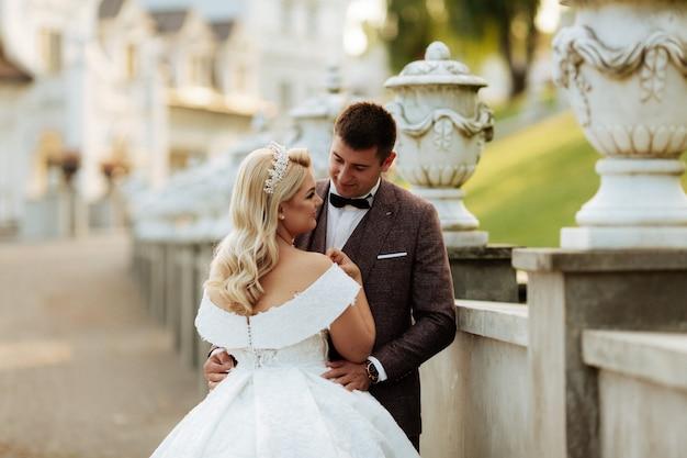 結婚式の写真撮影美しいカップル新郎新婦の長いベールと式の豪華な美しい晴れた日に白いドレス