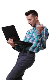 Мужчина с микрофоном держит ноутбук
