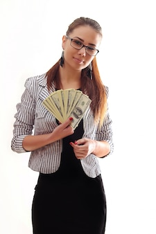 Молодая счастливая женщина с долларами в руке. изолированные