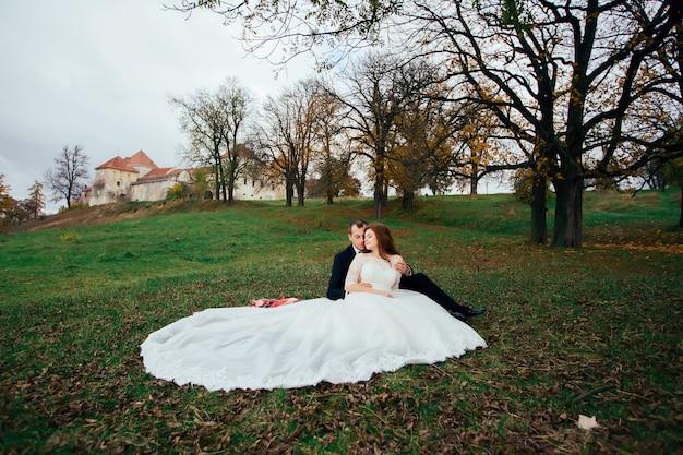 公園で新郎新婦の結婚式の撮影
