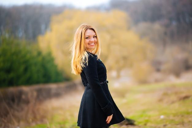 Внешний портрет красивой блондинки одежды и пальто.