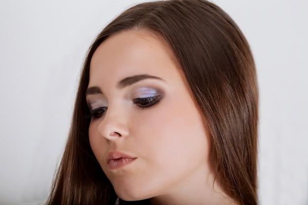 創造的な髪のスタイルとぽっちゃりした赤い唇を持つセクシーな若い女性の肖像画