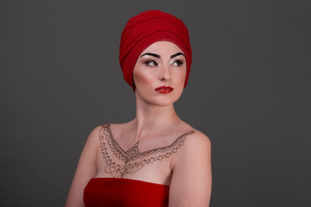 Портрет красивой девушки с повязкой на голове