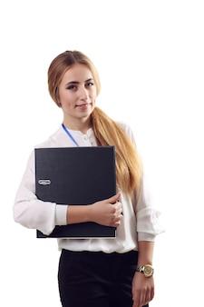 Бизнес женщина держать бумажную папку. улыбающиеся женщина модель, изолированные на белой стене