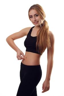 Красивое тело женщины черные белые одежды на белой стене