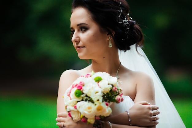 色の花の花嫁ブーケ
