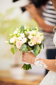 デビッドオースティンの花嫁の手でウェディングブーケ
