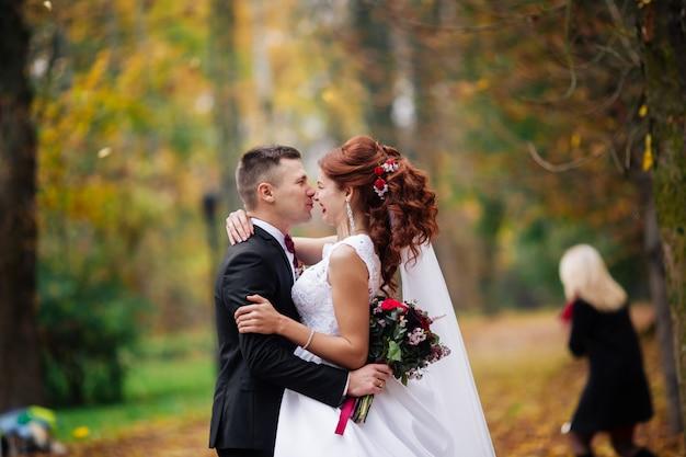 若いカップルの官能的な肖像画。屋外での結婚式の写真