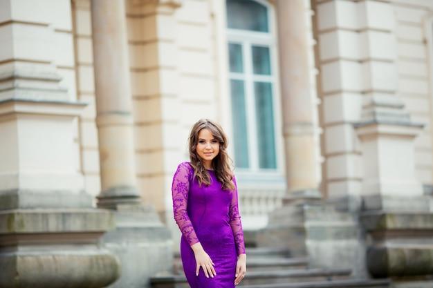 Красивая женщина в фиолетовом синем платье