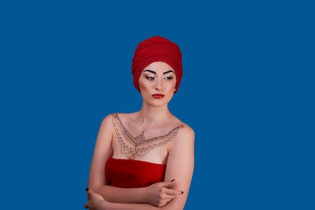 Красивая молодая женщина с красными губами и татуировкой хной