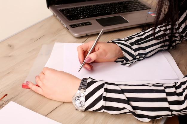 Бизнесмен пишет записку в пустой тетради