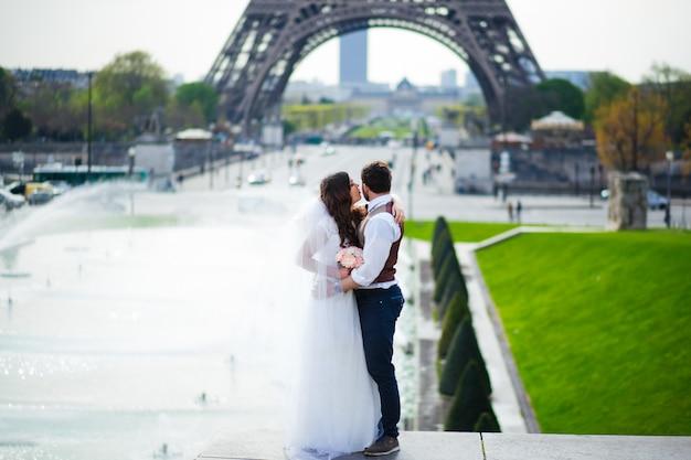 Великолепная невеста обнимает своего любовника