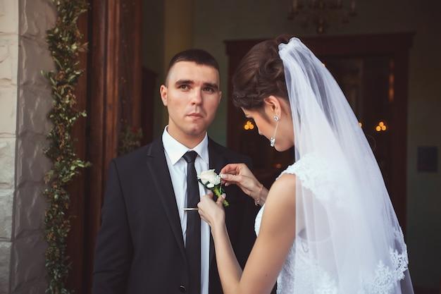 結婚式後に教会を去る新郎新婦