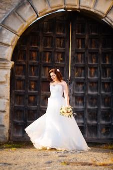 教会での結婚式の日に美しい花嫁の笑顔