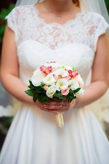 花束、クローズアップと花嫁