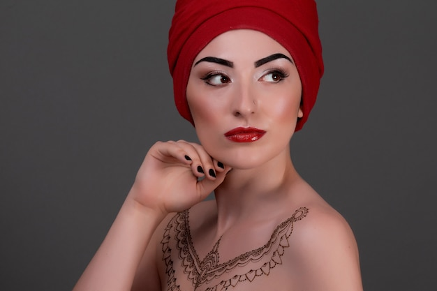 Красивая женщина с арабский макияж, красные губы и кудри. красота лица.