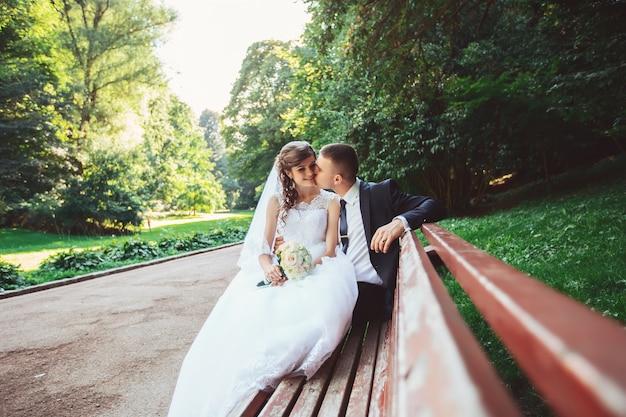 幸せな結婚式の日に新郎新婦