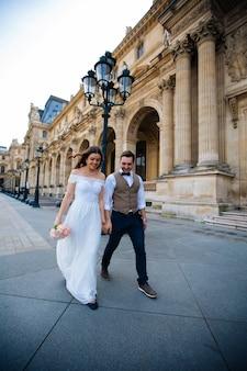 結婚式のカップル。美しいウェディングドレスの花嫁、スタイリッシュなタキシード、パリフランスの花嫁
