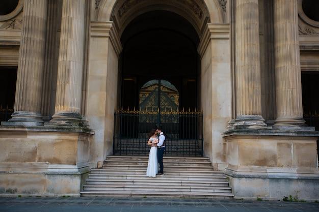 パリでの結婚式を楽しんで幸せな新郎新婦