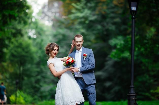 幸せなカップル。結婚式の写真。カップルは恋をしています。