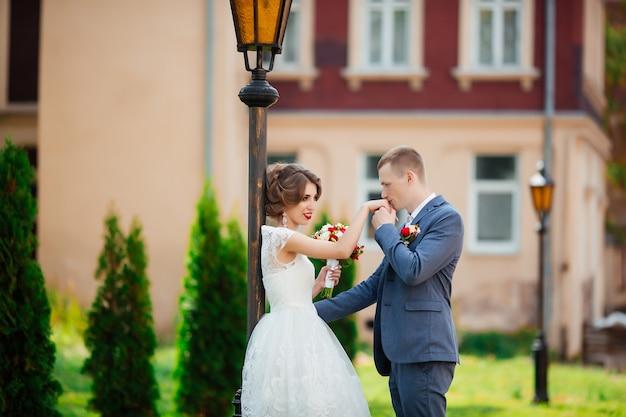 幸せな新郎新婦の結婚式。公園の新婚夫婦。