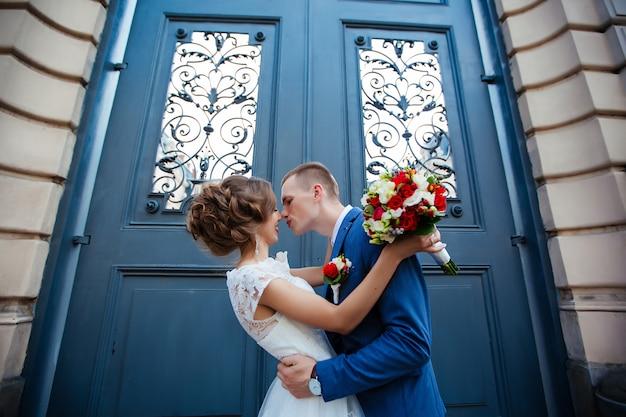 結婚式のカップル、美しい若い新郎新婦、