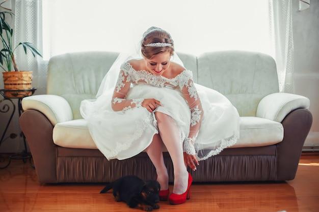 Женщина в белом платье на дому