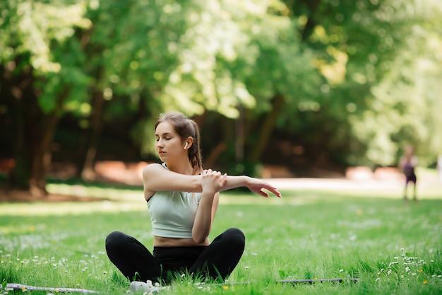 Женщина в парке занимается спортом