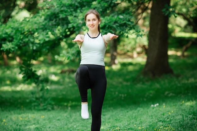 Здоровый образ жизни, девушка занимается спортом ,. она в спортивной одежде