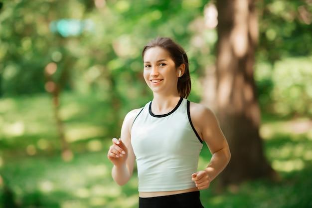 Девушка занимается спортом в парке европы