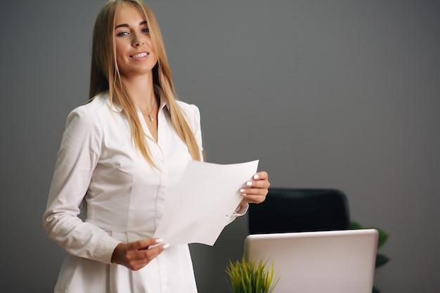 Элегантная деловая женщина в ее офисе