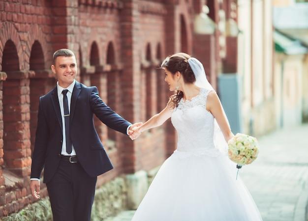 Счастливая невеста и жених в день своей свадьбы