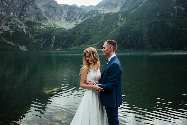 Счастливая невеста и жених на свадьбе. молодожены в парке. счастливая пара. свадебная фотография. влюбленная пара.
