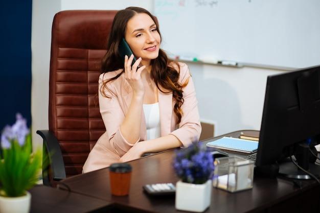 Бизнес-концепция, женщина, болтать по телефону
