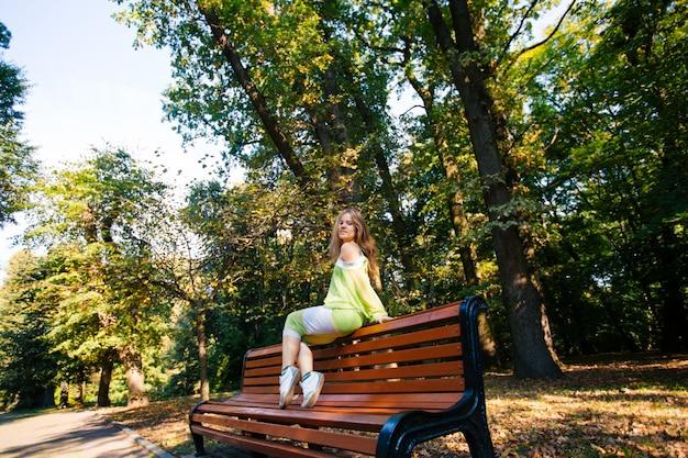 公園のベンチでリラックスした美しい女性ランナー