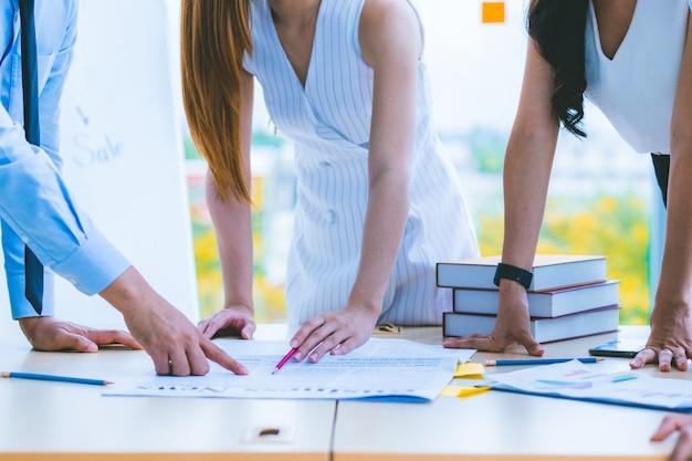 Рука современного делового советника для анализа и обсуждения ситуации на новостях