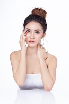 座っている白い背景の上に魅力的なアジアの女性の肖像画。