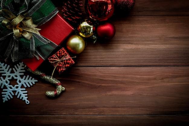 古い木の板の装飾品やギフトボックスクリスマス背景の平面図です。