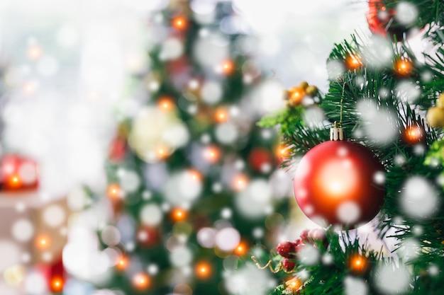 クリスマスと新年の休日の概念。飾られたクリスマスツリー