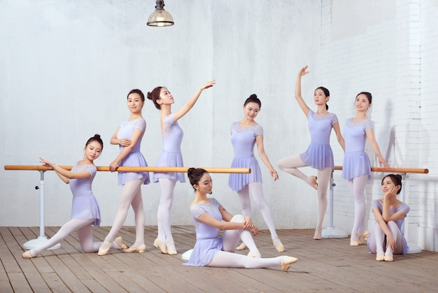 ダンススタジオでダンスの先生の集合写真