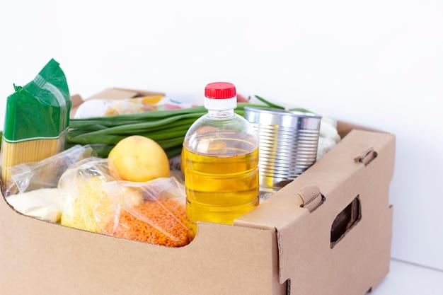 寄付。食料品の箱。